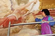 Fresky ve velehradské bazilice začínají zářit novotou.