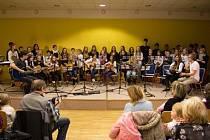 Bezmála stovka malých kytaristů z Domu dětí a mládeže v Uherském Brodě, se těsně před Vánocemi během dvou dnů vystřídala na pódiích při benefičním kytarovém koncertu pro těžce nemocnou Adélku z Vlčnova.