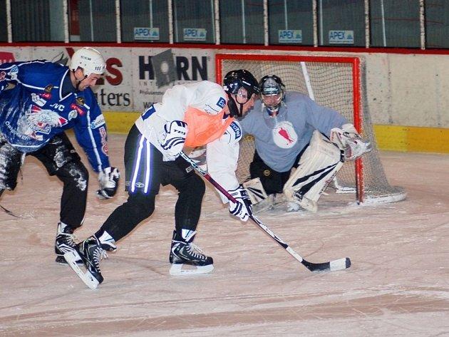 Marku Kuzmovi (ve světlém) to s hokejkou šlo, v téhle šanci si ale na brankáře Jiřiho Kowalíka nepřišel.