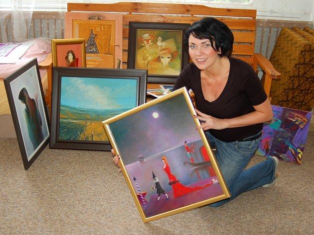 Adéla Kotková představuje obrazy do dražby.