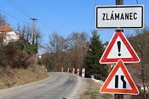 Jedinou příjezdovou komunikaci do obce Zlámanec už dlouhá léta sužuje sesuv svahu. Řešení je v nedohlednu.