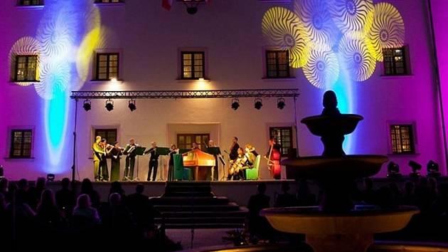 Tóny vážné hudby doprovodily na zámku v Ořechově světelné efekty.