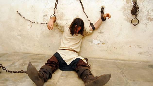 Hrůzu mnoha dětem naháněl i trestanec, který si svůj trest odpykával v hradním vězení zavěšen do okovů.