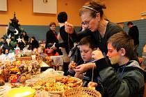 Děti i dospělí strávili nedělní odpoledne ve vánočních dílničkách, které pro ně připravila místní organizace ČČK Huštěnovice.