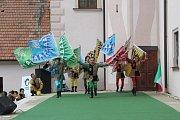 Vlajkonoši dostali svým vystoupením do varu stovky lidí v zámeckém nádvoří. I nad hlavami publika létaly jejich vlajky.