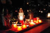 Hřbitovy na Slovácku ozářily tisíce svíček, lidé vzpomínají na zesnulé. V Dolním Němčí si moho prohlédnout fotografie všech, kteří tam zemřeli od loňských Dušiček.