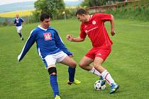 Fotbalisté Mistřic (tmavé trenýrky) se proti Huštěnovicím nedokázali prosadit a prohráli 0:2. Na jaře tak na domácím hřišti stále čekají na výhru, padli ve všech třech zápasech.