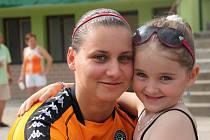 Internacionálové SK Ostrožská Lhoty se střetly s prvoligovými fotbaliostkami 1. FC Slovácko. Branmkářku Terezu Malíkovou na všechny zápasy doprovází její největší fanynka, šestiletá sestra Karolína.