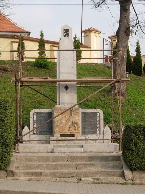 Pomník obětem II. světové války v Hradčovicích.