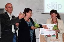 Zástupci knihovny s diplomem v rukou. Zleva ředitel Knihovny BBB Radek Jančář, Hana Hanáčková a Mirka Čápová.