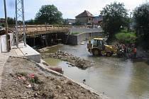 Generální rekonstrukce mostu přes řeku Olšavu v Bojkovicích brzdí dopravu.
