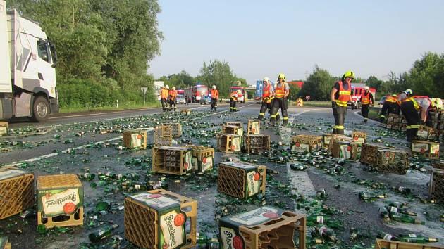 Pivní sklo a přepravky pokryly silnici ve Starém Městě. Vysypaly se z kamionu
