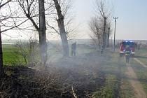 Požár trávy a stromu v Polešovicích