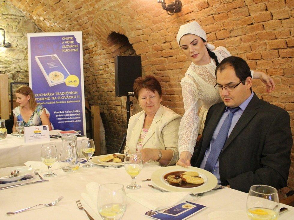 Podobu chystaného dílu publikace Kuchařka tradničních pokrmů na Slovácku představil ve středu 21. května Region Slovácko, sdružení pro rozvoj cestovního ruchu.