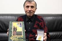 Ašot Arakeljan ukazuje pamětní zlatou medaili nositele Nobelovy ceny, norského humanisty Fridtjota Nansena, kterou obdržel za politicko - společenskou činnost, za humanismus, i za snahu o uznání genocidy Arménů.