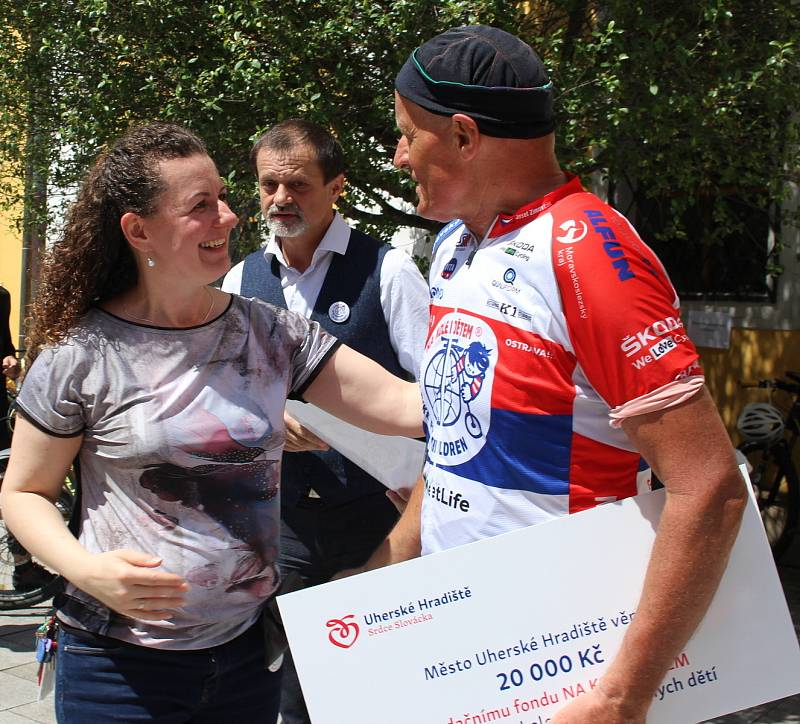 Do Hradiště dorazil peloton cyklistů v čele s mistrem světa Josefem Zimovčákem. Zastávka na nádvoří Reduty.