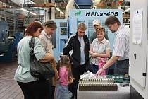 Zaměstnanec firmy Ronex ukazuje návštěvníkům jeden z výrobků, které dělá firma v rámci kooperativy pro zákazníka. Společnost je výrobcem přesných strojních dílů.