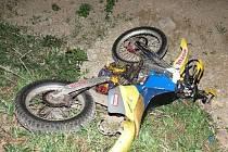 Osudným se v pátek 4. dubna noci stalo motorkáři to, že mezi Uherským Ostrohem a Moravským pískem přehlédl závoru.