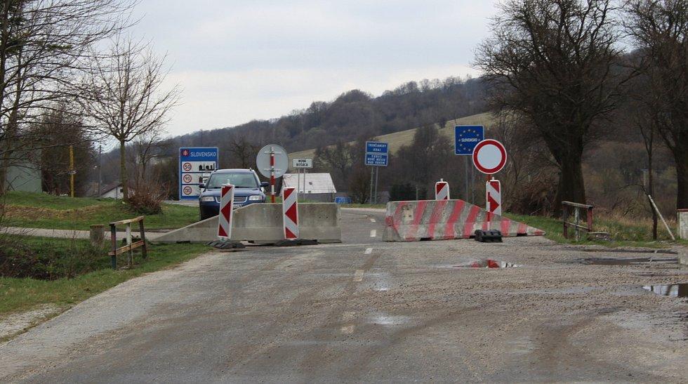 Prohlídka Březové, vesnice pod Velkým Lopeníkem na moravsko-slovenském pomezí. Hraniční přechod se Slovenskem.