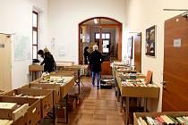 KNIHOTOČ. Na 5. ročníku knižního bazaru vBuchlovicích se sešlo 8,5 tisíce knih, které provětraly domácí knihovničky.