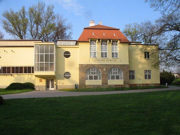Hlavní budova Slováckého muzea je v hradišťských Smetanových sadech.