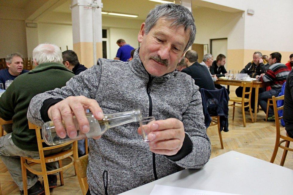 72 odborně zdatných porotců degustovalo vNedakonicích 479 vzorků ovocných pálenek.