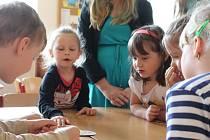 Na dnu otevřených dveří v Základní škole Uherský Brod poznávali předškoláci v doprovodu žáků osmých tříd hravou formou prostory, v nichž se budou od září učit.