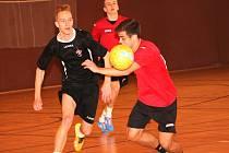 Futsalová liga Uherské Hradiště: Duel AVE Bar Bar (v černém) – FC M.D.
