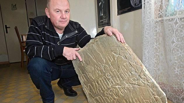 Vedoucí archeologického výzkumu ve Starém Městě Luděk Galuška pózuje u jednoho z takzvaných stupavských falz, které měly představovat náhroběk Cyrila a Metoděje.
