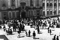 Před kostelem sv. Františka Xaverského, Masarykovo náměstí, 1905, foto J. Klvaňa.Vpravo bývalá jezuitská kolej, která od roku 1773, po zrušení řádu, sloužila jako kasárna.