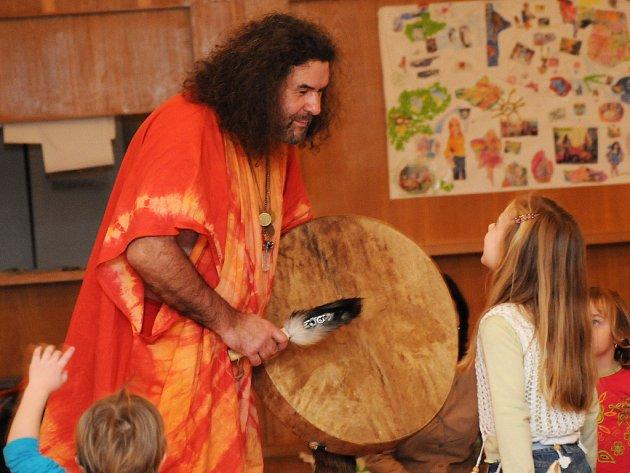 Hudební pohádka vtáhně děti aktivně do děje.