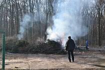 Dřevo s prořezávek se spaluje ve Štěpnicích za čističkou.