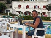Psát pro Slovácký  deník se dá i u bazénu před hotelem Galidon a zároveň také pod nejvyšší horou termálního ostrova Ischia Monte Epomeo.