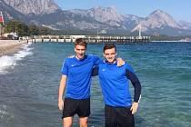 Obránci prvoligových fotbalistů Slovácka Patrik Šimko (vlevo) a Tomáš Břečka na soustředění v Turecku.