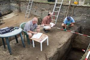 Mezi nálezy jsou úlomky tuhové keramiky nebo zachovalý džbánek.