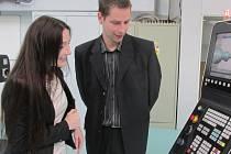 Moderními obráběcími stroji a zbrusu novou laboratořá mechatroniky a robotiky zahájila ve SPŠ a OA Uh. Brod již pátý ročník konference Škola ve firmě – firma ve škole.
