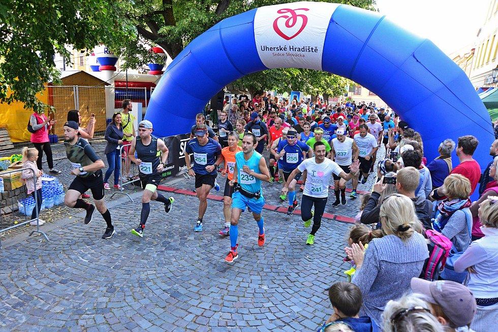 Běh Uherským Hradištěm. Letos se mohli zájemci poprvé zúčastni také půlmaratonu.