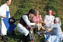 Děvčice z Drmolic nabídly chlapům ze Spytihněvi chleba se sádlem.