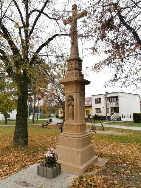 Město Uherské Hradiště nechalo opravit kříž vJarošově Na návsi.