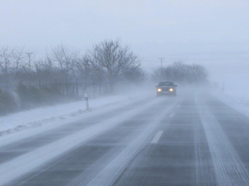 Silnice mezi Kunovicemi a Hlukem na Kunovském kopci a v jeho okolí jsou v důsledku chybějících zábran na polích dány všanc větrným poryvům a sněhovým jazykům.