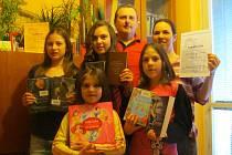OCENĚNÍ Čtenářská rodina roku 2013 si převzala rodina Brajdić z Uherského Hradiště.