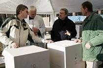 Nad dílem v Klepačově diskutoval velehradský farář Petr Přádka (zcela vlevo), autor návrhů – malíř Milivoj Husák (druhý zprava) i kameník Josef Kozel (zcela vpravo).