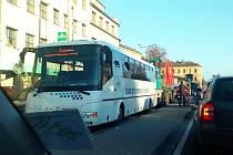 Ke srážce autobusu s nákladním vozem došlo v pondělí 31. října po sedmé hodině ráno na hlavní křižovatce v Uherském Hradišti. Nehoda komplikovala dopravu při ranní špičce ve městě.