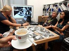 Letní filmová škola v Uherském Hradišti 2012: Work shop fotografa Karla Cudlína .Výběr fotografií pro výstavu v kavárně Portál.