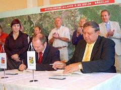 Podpis deklarace o rychlostní komunikaci R55 hejtmany Zlínského a Jihomoravského kraje Stanislavem Mišákem a Michalem Haškem.