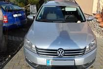 Vandal v Hluku poničil auto značky Volkswagen Passat