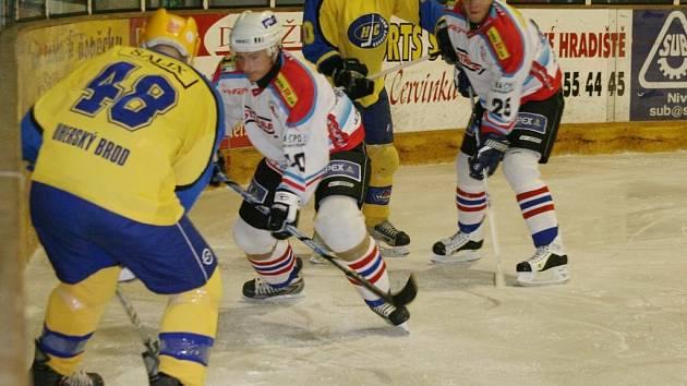 Při derby se bojovalo doslova o každou píď ledu.