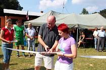 O přestřižení stužky od obnoveného hřiště se postarali internacionál Miroslav Kadlec a fotbalistka Zdeňka Skupinová.