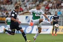 FK Baumit Jablonec – 1. FC Slovácko. Na snímku je Tomáš Jun z Jablonce a Patrik Šimko ze Slovácka (vlevo).