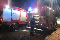 Muž utrpěl popáleniny při požáru maringotky v Buchlovicích.
